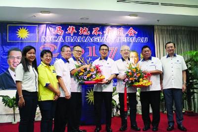 廖中莱(左5由)与魏家祥打黄有益(左4由)以及沈德祥手中接获纪念品。左3由呢邱思祥与郑修强。
