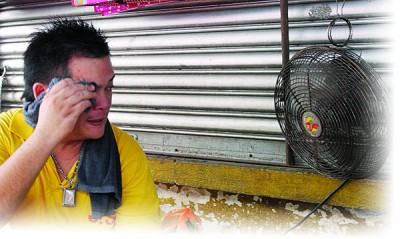 热得难受,躲在风扇底下解热。