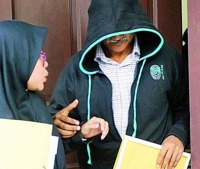 被告森姆古玛快步离开法庭。
