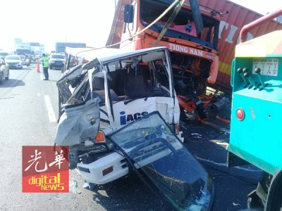 拖格罗里被撞得毁损不堪。