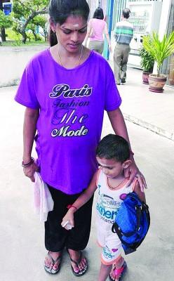 男童与怀孕的妈妈也起在警局录取口供。