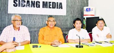 左起为玛那兹、依斯迈沙烈、魏晓隆与陈国耀当记者会上对吉州水供不足课题发表讲话。