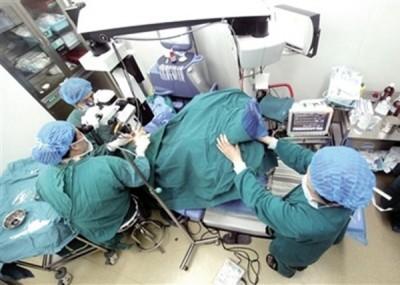 医护人员在手术过程中,一直扶着李志刚的双腿。