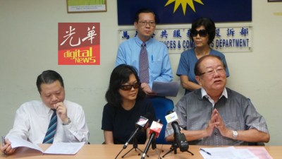 区区名女性事主(戴墨镜者)星期四于记者会叙述自己的中,盖者左起郭朴进、张天赐和梁柏耀(立者左)。