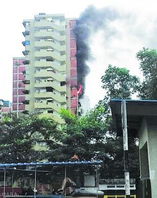 拉庆组屋B所地9楼的一个单位厨房失火。