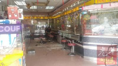 警方人员在一片狼藉的金店搜证,寻找蛛丝马迹。