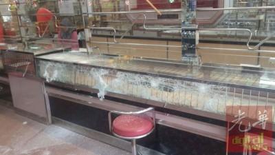 劫匪敲破玻璃展示柜,却打不断安全铁枝,抢不了金饰。