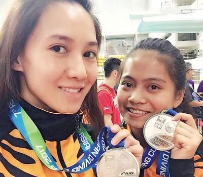 梁敏仪和特蕾西摘下女双10米台银牌。