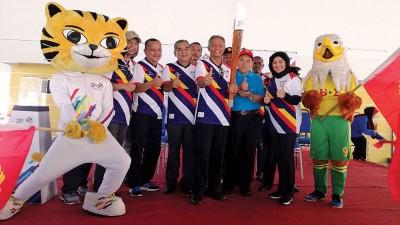 阿米努遭遇(左2从)、贾米尔、阿布哈山、跟奥斯曼阿兹和本届东运会和吉打足球队的吉祥物合照。