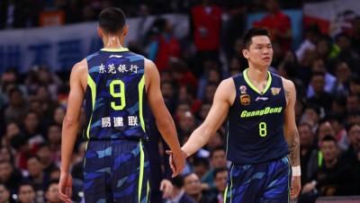 广东男篮功勋老将朱芳雨(右)专业发表他退伍。