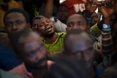 一名尼日利亚难民获救后引吭高歌。