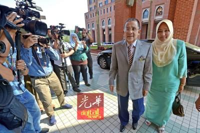 丹斯里莫哈最后依沙以及家乘车抵达反贪会总部。