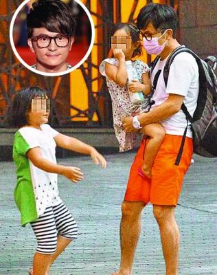 唐从圣(左起)戴着口罩,跟两个女儿一起在路边等车,父女天伦画面温馨。