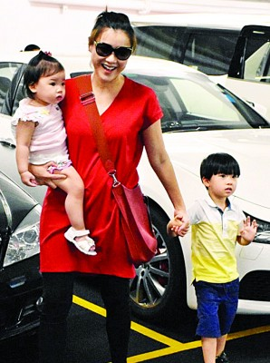 陈茵媺全程一手抱着一载多之姑娘。