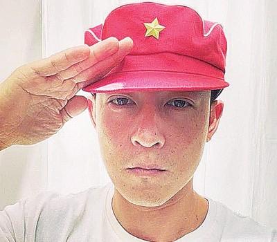 """陈冠希在社群网站放上""""红帽""""大头照。"""