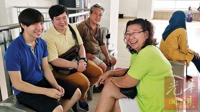 古珅休(左2)周四晚才买火车票。