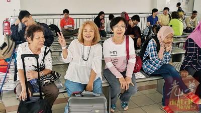 陈德金(左起)、陈金好及陈金爱首次乘搭火车。