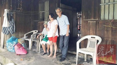 吴平凡(右1)本身会不时去慰问林戴莉一家。