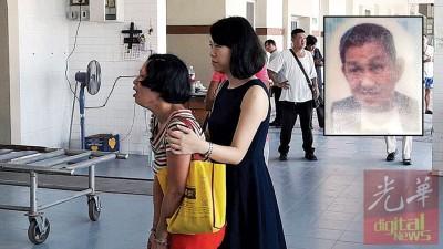 死者陈意春(小图)遗体被火化时,妹妹陈玉凤情绪崩溃,由志工在一旁安抚。