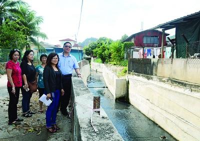 吴瑞音(前排右起)与尤沈峻一同巡视已竣工的防洪墙工程。