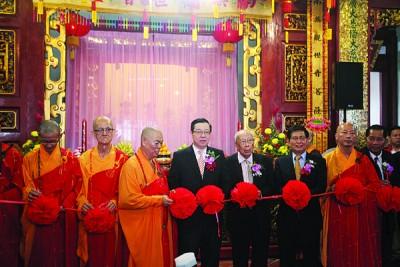 拉彩仪式,左起就传法师、文建长老、天恒长老、林冠英、邱吉寿、黄得轩、垂观法师、黎兆荣。