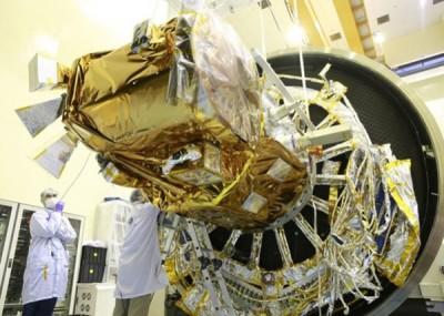 福卫五号进行热真空舱测试。