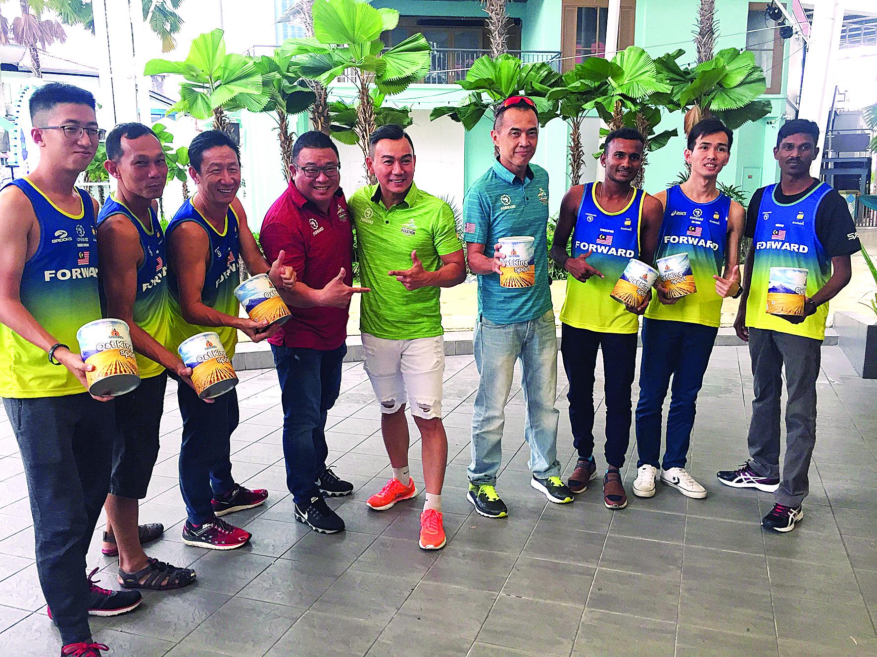 长跑健将调整饮食习惯和生活作息,为比赛做好万事准备。左4起为王浩源、邱继勇和林子辉。