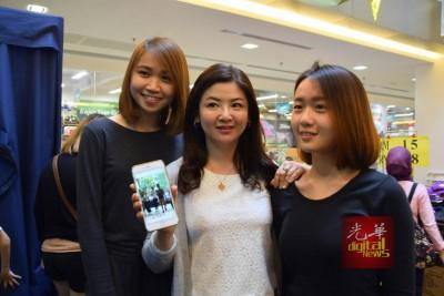 """成功拍摄到张智霖的颜女士,开心地向记者展示她的""""战绩""""。"""