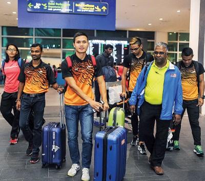 巴拉姆鲁甘(右2)周三晚及其出征韩国田径赛的国家队抵达吉隆坡国际机场,左3也佐纳丹耶巴。