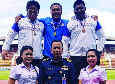 兹亚(后排中)创史夺得男子铅球金牌。