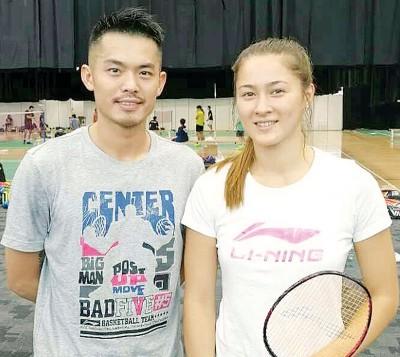 闯进泰黄金羽次圈的格罗娅(右)在不久前的苏迪曼杯赛,与来访参赛的中国名将林丹来一张粉丝偶像合影。