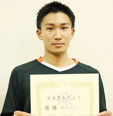 桃田贤斗展示奖状。
