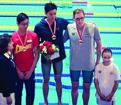 沈威胜(中)周六与霍顿(右)和中国季军邱子傲在颁奖台上。