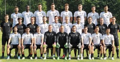 """德国""""锋霸""""克洛斯(次排右)作为教练之一与青年军出征本届大赛。"""
