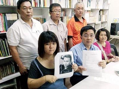 王爱玲(因者左)鉴于巫程豪、邹凤娣与吴安伟(后排左起)、李志贤与吕宝源的伴随,举行记者会叙述详情。