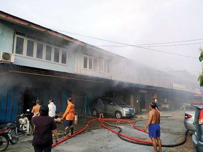 义务消防队迅速赶抵现场灌救,成功保住了整排共10间的双层半砖老屋。