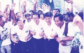 1995年大选提名日升旗山区一国三州国阵候选人与支持者士气高扬,左2起谢宽泰、许子根、丁福南和黎兆荣。