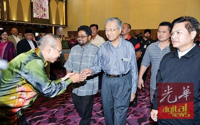 曾任首相的马哈迪(中)自荐成为下届大选的暂时首相人选,是否能为希联带来正面的影响呢?