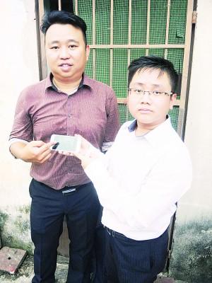 黄顺祥(左)向媒体发表谈话,右为王宇航。