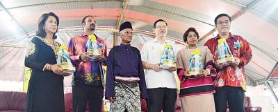 甘榜马来由乡委会哈里分(左三)颁发纪念品予古蜜柯(左起)、蓝卡巴、林冠英、吉妮、黄汉伟。
