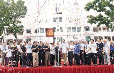 郭显荣(中)在刘景国(右)、林嘉水(左)及嘉宾陪同下,主持嘉年华会开幕仪式。