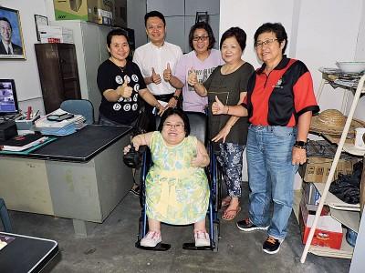 杨顺兴赠送电动轮椅给郭佩盈。后排左起:邱英真妈妈及杨顺兴。