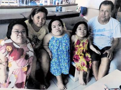 郭家合家欢照。左起:郭佩盈、邱英真妈妈、郭佩芳、郭佩婷及郭国利爸爸。
