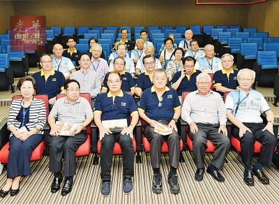 郭显荣(前排右3)、谢国培(左3)及蓝武昌(右2)出席陈充恩电子图书馆推介礼。