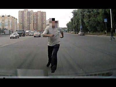 行车记录器不仅摄录了紧急事故的发生经过,就连路霸也无所遁形。