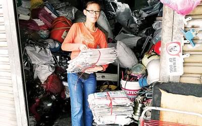旧报回收价飙涨,回收店业者忙得不可开交。