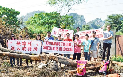 宋伟钊(前排左5)与协会成员及义工拉起横幅抗议出入路口被封。