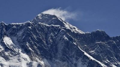 尼泊尔政府有意为珠峰测量最新高度。