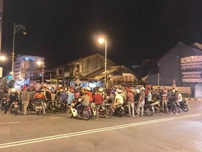 越来越百名违规骑士必须以警察局内通宵迎接开斋节。
