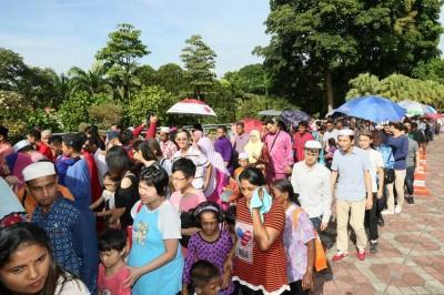 尽管艳阳高照,可是各族人民还不怕高阳的过去首相署与首相夫妇道贺。